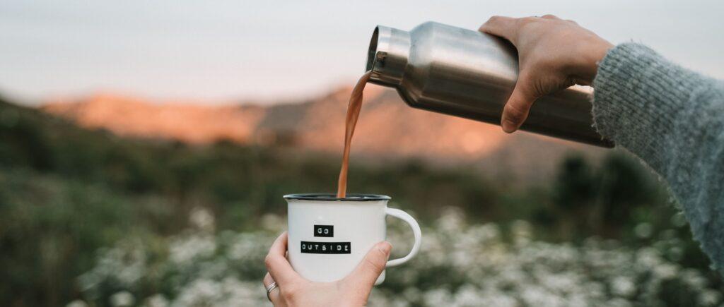 colazione all'aperto con caffè in tazza