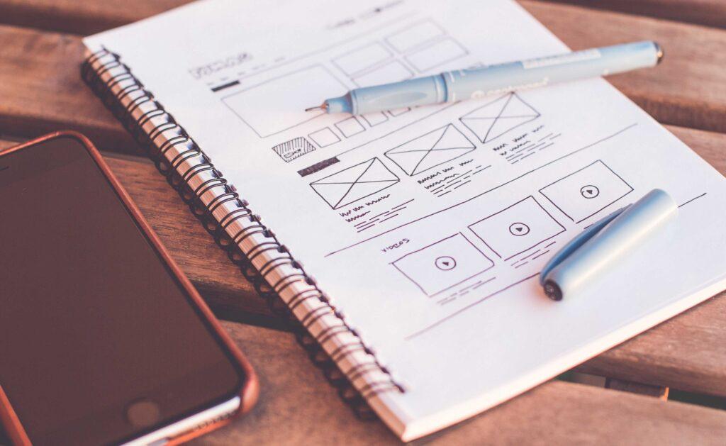 UX/UI designer nomade digitale che crea un sito